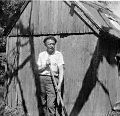 Ashton-Smith, já idoso, praticando jardinagem.